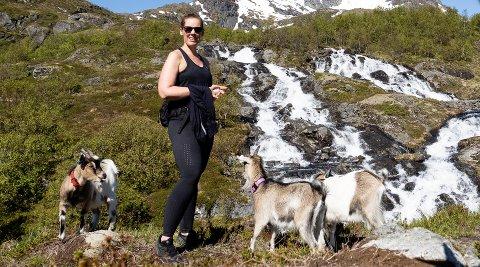 Karina ute på tur med noen av geitene sine.