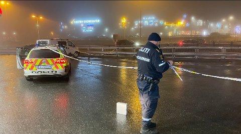 Det skal etter sigende gå bra med politibetjenten som ble påkjørt på onsdag. Her sperrer politiet av området etter hendelsen.