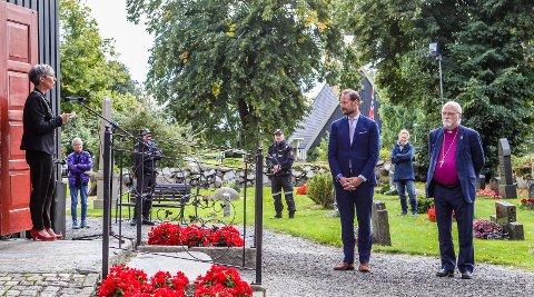 GLEDELIG TYNT FRAMMØTE: Ordfører Hanne Tollerud ønsket  H.K.H. Kronprins Haakon velkommen til det som trolig er Norges eldste kirkebygg, høyst fungerende Rygge kirke. SVEIP FOR Å SE FLERE BILDER!