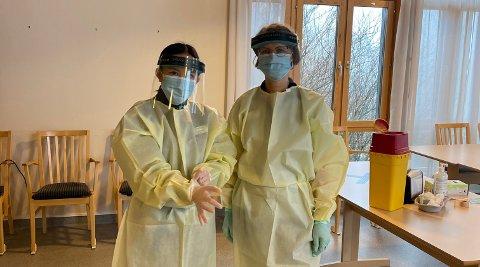 FØRST UT: Minh Chau Phung og Anne-Lise Tveteer de første apotekansatte som bistår med koronavaksinering. Det foregikk i Råde.