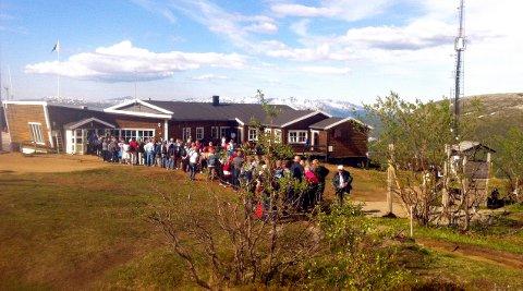 KØ FOR Å KOMME NED: 2900 personer tok Fjellheisen opp søndag. Da blir køen for å komme ned igjen slik.