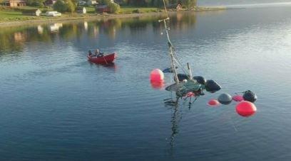 RODDE SUNKET SJARK TIL LANDS: Åge Steinar Nordgård ble så irritert da motoren på plastjolla røyk at han rodde den sunkne sjarken i land. Foto; Johan-Sedvart Nordgård