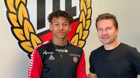 NY AVTALE: Bryan Fiabema har signert en ny proffkontrakt med sportssjef Svein-Morten Johansen og TIL. Den nye kontrakten går til august 2022.