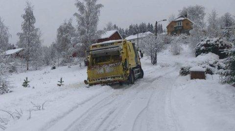 I GRØFTA: Søppelbilen stoppet opp i bakken, så begynte den å skli nedover igjen.