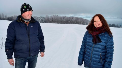 KLARE FOR NYE NABOER: Søsknene Richard Juell og Beate Juell er klare for å ta i mot 220 nye naboer i skogområdet ved Mjøsa nedenfor Annexstad gård i Nordlia.