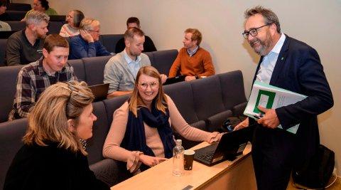 KRAFTIGE GREP: Kommunedirektør Ole Magnus Stensrud tar kraftige grep i budsjettforslaget han la fram til de folkevalgte onsdag kveld. Her er han i prat med noen av dem like før framleggelsen.