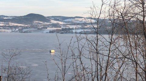 PÅ ISEN: Her står ei campingvogn parkert på mjøsisen mellom Dalsjordet og Redalen søndag morgen.