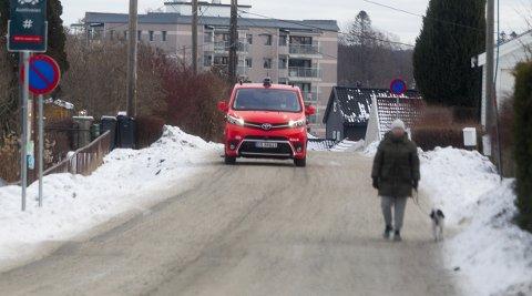 IKKE TIL FARE: Ruter er klar på at fotgjengere og uforutsigbare skolebarn ikke har noe å frykte med den selvkjørende bilen som ruller rundt på veiene i området.