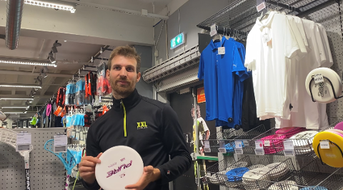 GODE SALGSTIDER: Vebjørn Greger Løvmon viser frem en av sportene som selger mest.