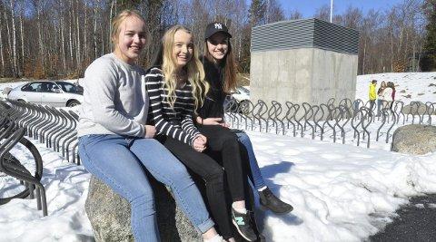 Tja til skoleuniform: Sofie Hellenes Wallin, Alida Berg og Anne Thea Holslien ser både gode og dårlige sider ved å innføre skoleuniform.foto: Erik Werner Andersen