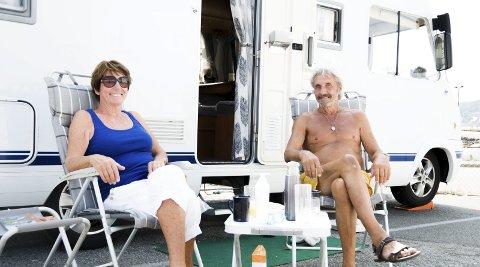 Kortreist: Gerd Karlsen og Sven Åge Teien fra Larvik overnattet i bobilen sin i Indre havn.Foto: bendik Løve