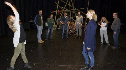 Nå starter hardkjøret: I helga var første samling for skuespillerne som nå har mye jobbing foran seg fram til premieren om tre måneder. Instruktør Betine Fiskaa Johannessen og danser og danseinstruktør May-Britt Mitrovic varmer opp.