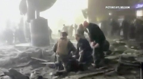Rescue workers treat victims at the airport, in this image taken from television video, after a blast in Brussels, Belgium, March 22, 2016. (Foto: Reuters TV)