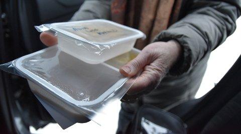 VARM MAT: Matutkjøring til eldre er en av oppgavene som gjøres av frivillige i Løten. I fjor ble det kjørt ut over 13.000 middagsporsjoner.