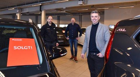GODT I GANG: Ole Gustav Solberg (nærmest) og Elverumbil AS med sitt første salg. Bak: Lars M. Kristoffersen (til venstre) og Per Arne Brustad.