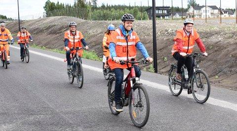 VIDERE TIL HAMAR: Her sykler samferdselsminister Knut Arild Hareide (KrF) på den nye riksveg 3/25 i Løten. Nå har han gitt Nye Veier ansvaret for  utbygging av riksveg 25 videre mot Hamar.