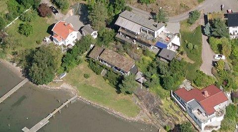 Eiendommen saken handler om ligger midt i dette bildet, mellom de to lyse husene med røde tak.