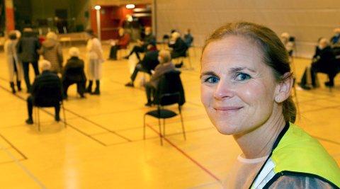 Fortsatt uklart om vaksinerte kan videreføre smitte. Her kommuneoverlege Elin Jakobsen under vaksinering i Wilhelmsenhallen.