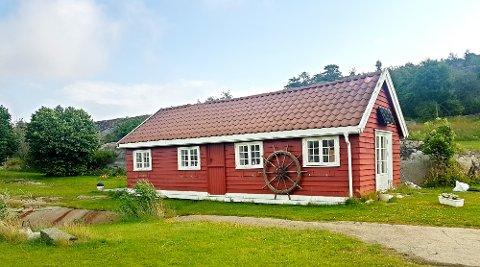 Dette gamle annekset på øya Vasskalven utenfor Hvasser ønskes det å gjøre noe med.