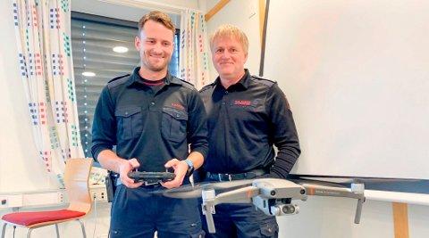 MÅ VENTE: Kenneth Hansen (t.v.) har flydd drone i seks år og har fått oppgaven som operativ leder for dronesatsingen. Spesialrådgiver Jan-Olaf Kristoffersen sier at de nå venter på en endelig godkjenning fra myndighetene for å ta i bruk det nye utstyret.