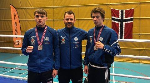GULLGUTTER: Marcus Elnæs-Øvald og Per Holthe Aarø. Her sammen med trener Kenneth Øvald etter suksessen i norgesmesterskapet på Raufoss.