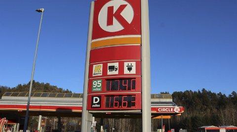 VIL TROLIG ØKE: Kostnadene på drivstoff vil trolig øke som følge av økningen av biodrivstoff. Regningen er det trolig bilistene som må ta.