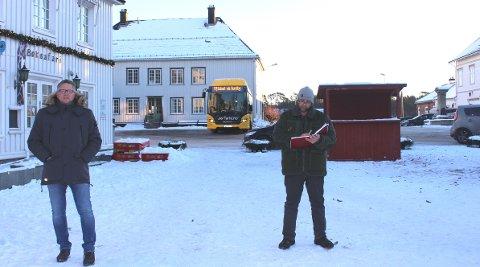 BUSSHOLDEPLASS: Kai Usterud Braathen og Tom Rune Olsen i Bamble Arbeiderparti, vil finne en annen holdeplass til bussen som parkerer midt på torget. De vil ha yrende torghandel her istedet. Bussen må flyttes til et annet sted i Langesund sentrum, lød budskapet.