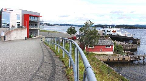 FLYTTET: På grunn av nedstøving fra anleggsarbeidet på Breviksbrua på den nye fergen Sandøy ved Strømtangen i Brevik, er båten flyttet til Natokaia i Ekstrand. Det er bedriften Cranemaster som leier ut kaiplassen til breviksbåten.