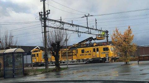 SKIFTER UT GAMMELT: Bane NOR oppgraderer ved Rakkestad stasjon.