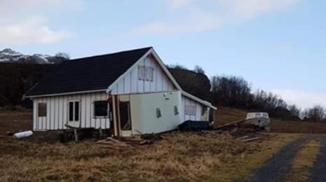 Her ser vi campingvogna som ble tippet over ende utenfor hytta til Ola Mathias Sletten på Storselsøy.