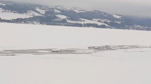 Gikk gjennom isen: I denne råka i Krokvika skjedde lørdagens drama, der en mann i 40-årene ble reddet.