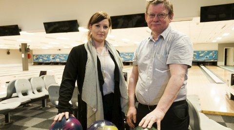 Roser miljøet: Marie Paulsson Berg, her sammen med ildsjel i Ringerike bowlingklubb, Nils Elsrud.