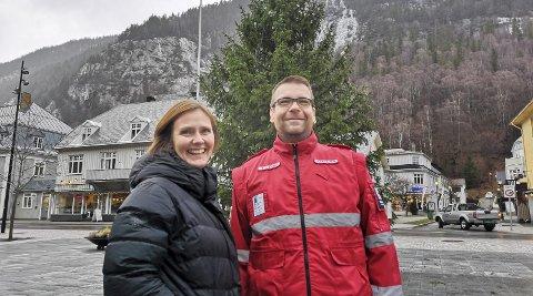 Rhdr: Rjukan frivilligsentral skal i år, sammen med Røde Kors, arrangere  «Julegaven».  Åshild Langeland og Bjørn Halvard Sauro håper de på den måten kan gjøre julen en hyggelig opplevelse for flest mulig av barna i Tinn.