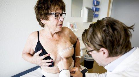 Nesten fire uker etter operasjonen: Kirurg Børge Davik sjekker det nye brystet. Senere skal han lage en ny brystvorte og tatovere rundt slik at den ser naturlig ut.
