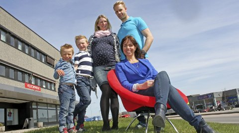 Får coaching: Monica Aschim (36) og Rikard Edberg (38) fra Rælingen, her med sønnene Filip (6) og Emil (4) og coach Maria Mork (i stolen). Foto: Britt Hoffshagen