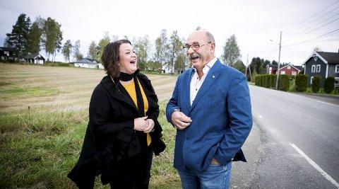 Jubel: Elin Løvstad og Bernt Otto Follestad fra Viken Fiber er begge fornøyde med at det endelig kommer nett til Kjærstadsletta.Begge foto: Lisbeth Lund Andresen