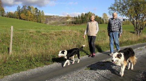 UROLIGE: Irene Hoel og Hallkjell Jensen på Hol gård frykter grunnforholdene ved Esval Miljøpark (i bakgrunnen). Foto: Per Stokkebryn