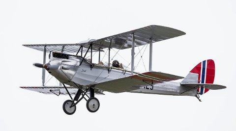 «JUUL» I LUFTA: DH-60 Moth «Juul» er oppkalt etter flybygger Juul Furulund som gjennom 11 år har arbeidet med å få flyet på vingene igjen. Her med pilot Helge Storflor bak spakene. ALLE FOTO: Tom Gustavsen
