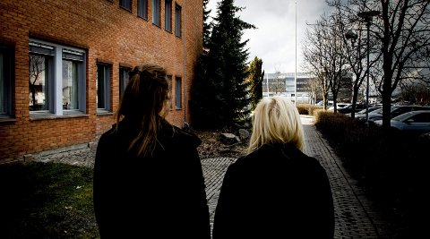 BLE OVERFALT: 19-åringen (t.v.) ble overfalt da hun og søsteren (27) var på vei hjem fra jobb tidlig i desember i fjor. Onsdag vitnet de mot den tiltalte 35-åringen i Nedre Romerike tingrett. Alle foto: Aleksander Hømanberg