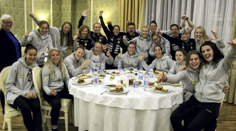 Kunne feire: Med matchvinner Emilie Haavi i midten koste LSK Kvinner seg med hamburger og avansement i Russland sent torsdag kveld. Begge foto: Per M. Sødal