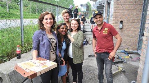FINTBESØK:Raj Kumar (t.h.) fikk tirsdag blant annet besøk av gode kollegaer fra bakkepersonalet på Gardermoen (Johanna Kalinovska (t.v.) med flere) som ville smake på den nybakte pizzaen.