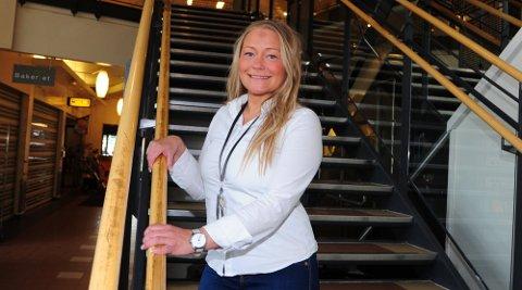 ÅPNER: Lørdag er Lene Eriksen en meget fornøyd senterleder. Mandag åpner hun samtlige butikker på senteret.