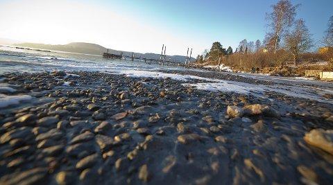 ØDELAGT: De siste årene har sanden fra den populære badestranden på Rødtangen i Hurum forsvunnet, og nå jobber kommunen med å finne svar.