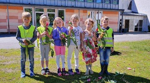 TRIST: Elevene på SFO ble lei seg da de oppdaget hærverket på Sætre skole fredag morgen. Fra venstre: Aron, Louise, Mia, Lina, Aurora og William. De har samlet tulipanene som er revet opp av bedet.