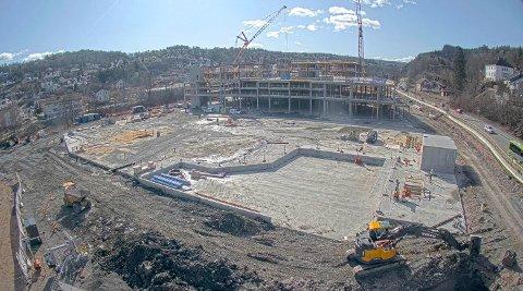 FERSKT BILDE: Slik ser det ut på byggeplassen fredag 20. mars ved lunsjtider .