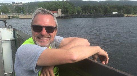 STRØM: Matros Knut Pettersen koser seg om bord i godværet om sommeren, men det kan også være krevende å komme over Norges nest sterkeste tidevannsstrøm vinterstid, forteller han.