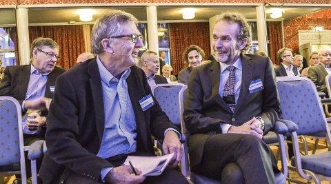Spøkte: Sjeføkonom Harald Magnus Andreassen (t.h.) tok seg frihet til å spøke under oljekonferansen til NPF. Til venstre konferansier og tidligere styreleder i Statoil, Harald Norvik. Foto: Paal Even Nygaard
