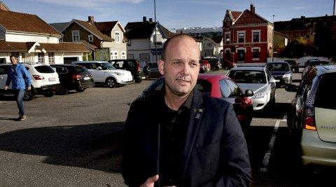 Gratis: Ordfører Sindre Martinsen-Evje på parkeringsplassen i Kirkegata hvor kommunen ønsker seg et parkeringshus. – Jeg ønsker gratis parkering i et kvarter i noen av de mest sentrale gatene våre. skriver ordføreren.FOTO: Jarl M. Andersen