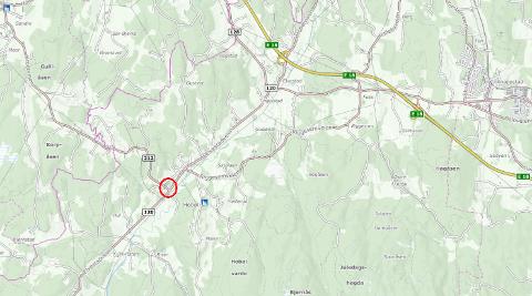To biler har kollidert i krysset hvor Elvestadveien møter Kroerveien.