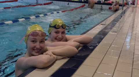 Karianne Høie (t.h.) leder Sola svømmeklubb sin svømme-SFO denne sommeren. Her sammen med søsteren Julie.